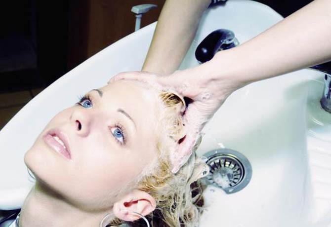 Aprenda passo a passo como lavar bem o cabelo do seu cliente