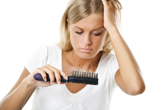 Calvície feminina confira 11 mitos e verdades sobre a queda de cabelos