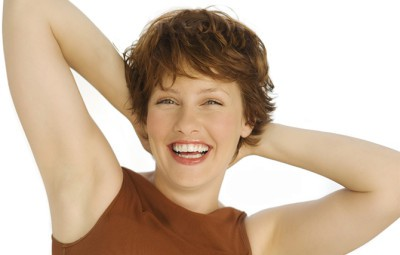 Como evitar manchas na pele e axilas escuras após a depilação